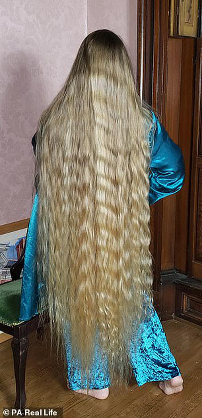 Công chúa tóc mây đời thực sở hữu mái vàng tóc dài 1,5m, mỗi lần gội đầu mất 10 tiếng mới khô - Ảnh 3.
