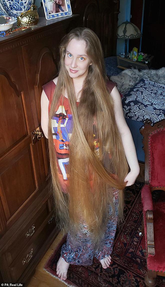 Công chúa tóc mây đời thực sở hữu mái vàng tóc dài 1,5m, mỗi lần gội đầu mất 10 tiếng mới khô - Ảnh 4.