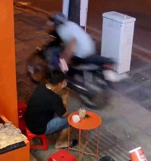 Bức ảnh một giây trước pha cướp giật khiến dân mạng kinh ngạc - ảnh 2
