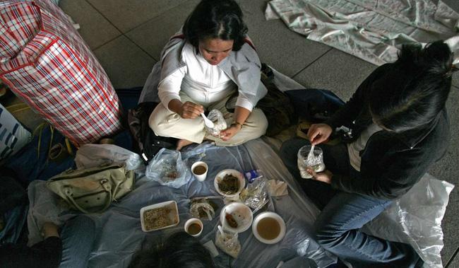 Thiếu nữ Indonesia làm osin ở Hong Kong: Bị lột đồ, hành hạ đến thân tàn ma dại và vấn nạn đau đầu về luật bảo vệ người giúp việc ở nước ngoài - Ảnh 2.