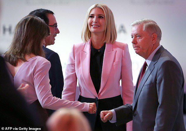 Ivanka thu hút ánh nhìn với áo khoác 2.600 USD khi trở lại Trung Đông sau 2 năm - Ảnh 2.
