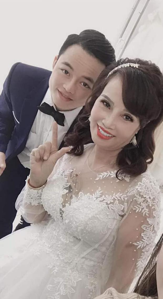 Sau khi tân trang nhan sắc, cô dâu 62 tuổi cùng chồng đi chụp lại ảnh cưới để... hâm nóng tình cảm - Ảnh 1.