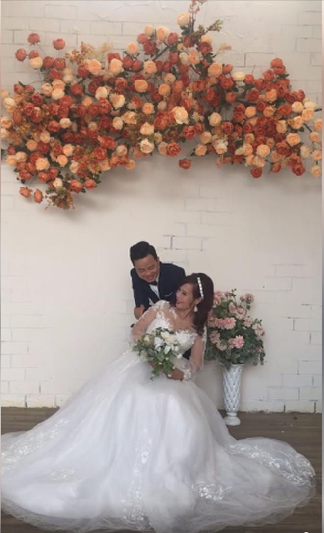 Sau khi tân trang nhan sắc, cô dâu 62 tuổi cùng chồng đi chụp lại ảnh cưới để... hâm nóng tình cảm - Ảnh 3.