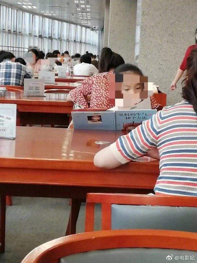 Bé gái say sưa đọc sách trong thư viện, ai cũng khen chăm chỉ nhưng nhìn đến tên sách thì cười chảy nước mắt, thương thay cho người mẹ - ảnh 1