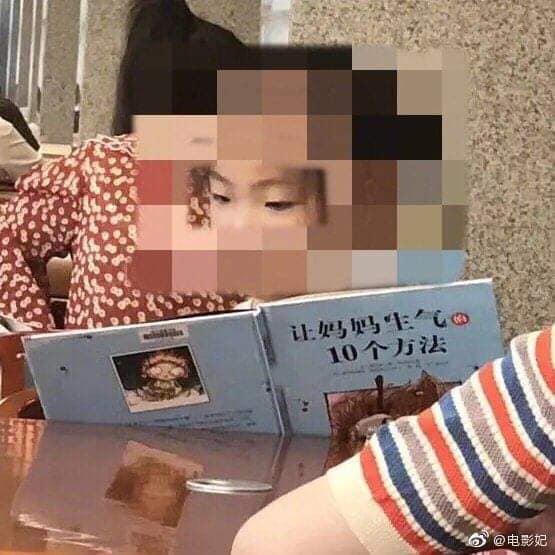 Bé gái say sưa đọc sách trong thư viện, ai cũng khen chăm chỉ nhưng nhìn đến tên sách thì cười chảy nước mắt, thương thay cho người mẹ - ảnh 2
