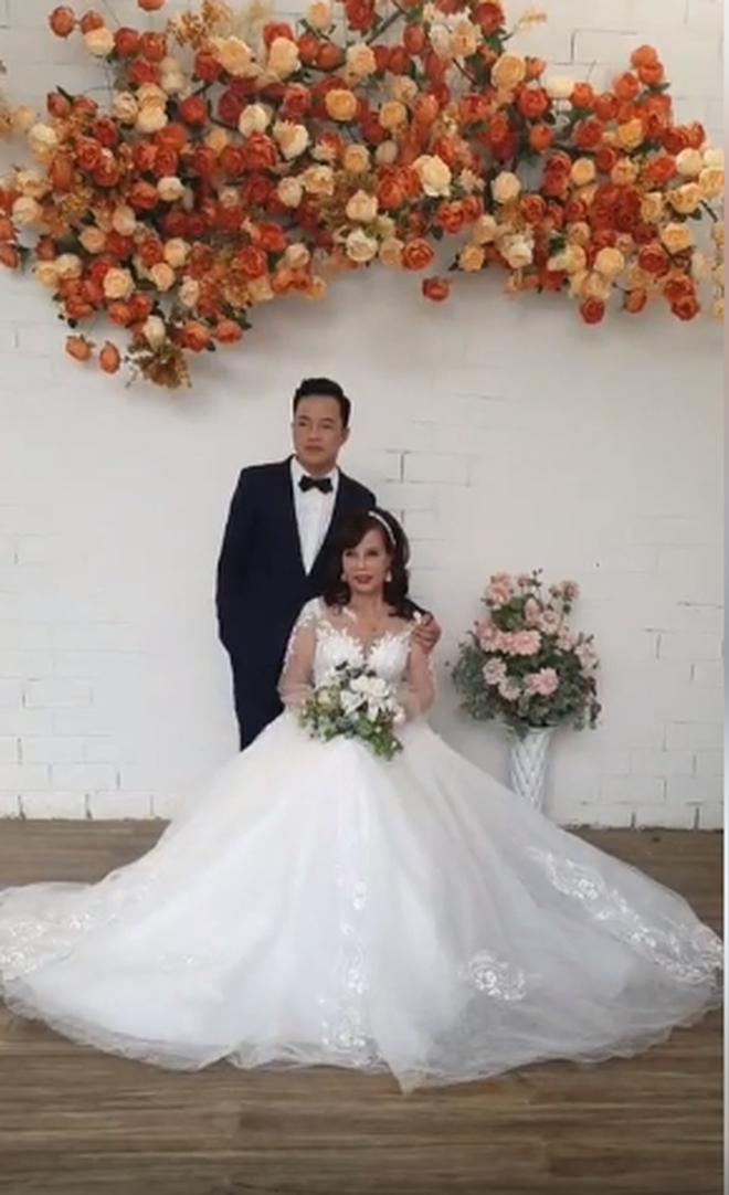 Sau khi tân trang nhan sắc, cô dâu 62 tuổi cùng chồng đi chụp lại ảnh cưới để... hâm nóng tình cảm - Ảnh 5.