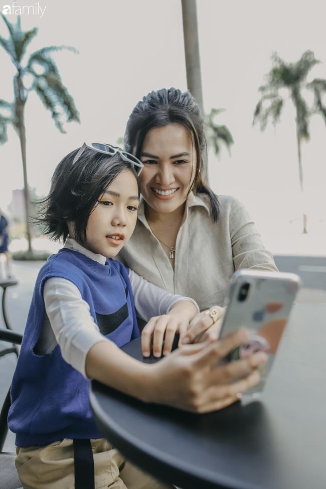 Khánh An - mẫu nhí 8 tuổi với màn catwalk thần sầu gây bão MXH và nỗi lo của người mẹ có con gái vào nghề showbiz từ quá sớm - Ảnh 12.