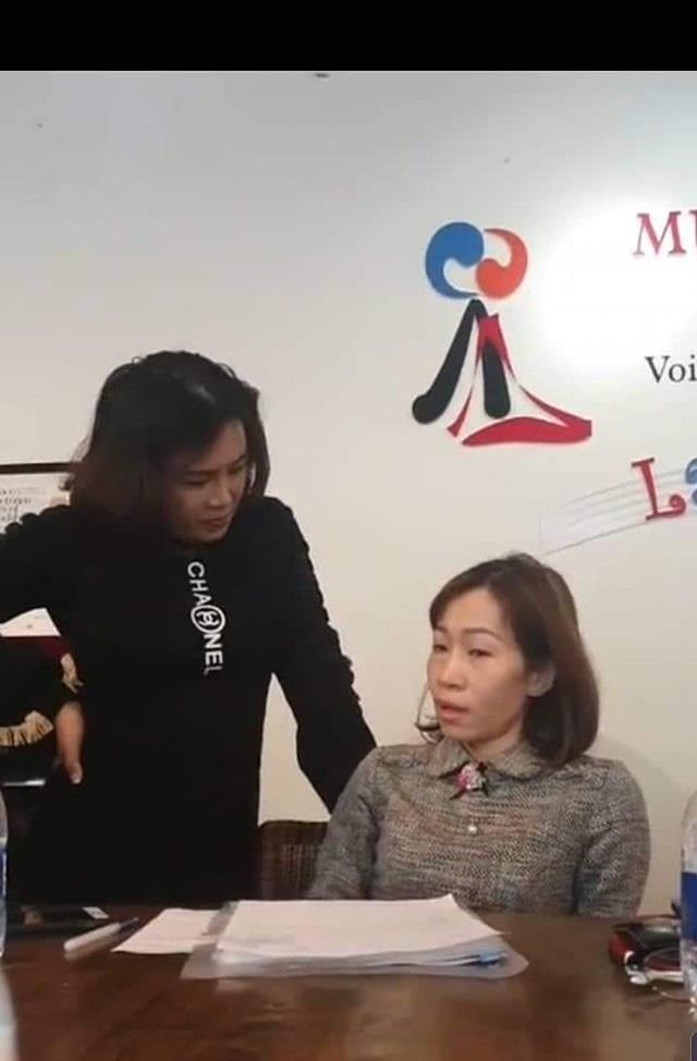Nữ phụ huynh tát thẳng mặt giáo viên ngay giữa cuộc họp - Ảnh 2.
