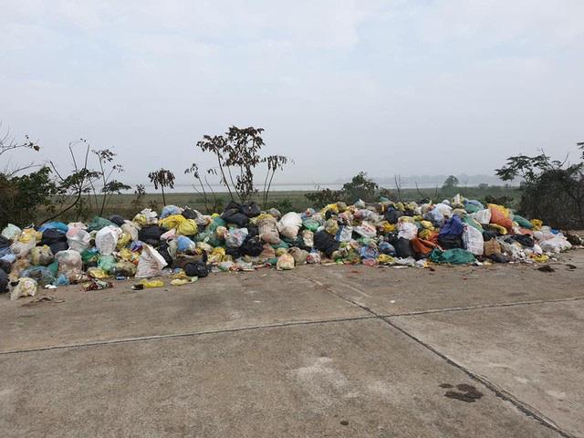 Kinh hoàng những bãi rác khổng lồ nằm ngay trên đê chống lũ - Ảnh 2.