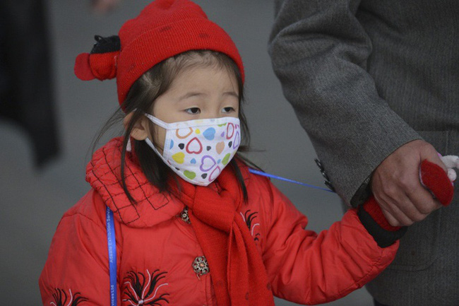 Ô nhiễm không khí trầm trọng, phụ huynh yêu cầu lắp máy lọc không khí trong lớp học để bảo vệ sức khỏe học sinh - Ảnh 1.