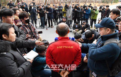 Phát sốt hình ảnh U23 Việt Nam cùng thầy Park tràn ngập báo Hàn - Ảnh 10.