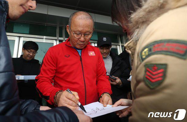 Phát sốt hình ảnh U23 Việt Nam cùng thầy Park tràn ngập báo Hàn - Ảnh 3.
