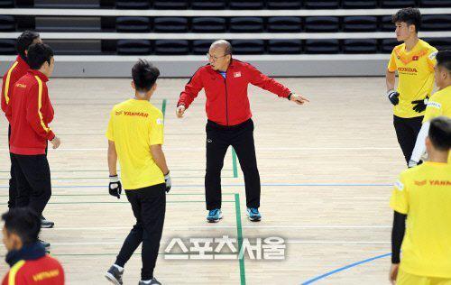 Phát sốt hình ảnh U23 Việt Nam cùng thầy Park tràn ngập báo Hàn - Ảnh 4.
