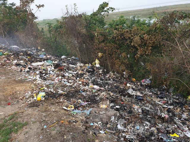 Kinh hoàng những bãi rác khổng lồ nằm ngay trên đê chống lũ - Ảnh 11.