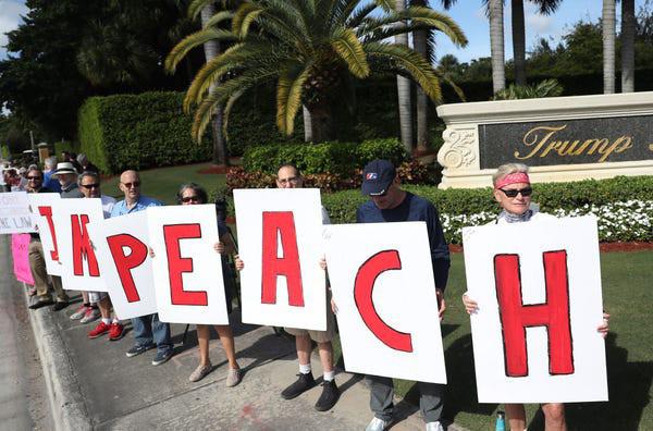 Dân Mỹ rủ nhau xuống đường ủng hộ luận tội Tổng thống Trump - Ảnh 1.