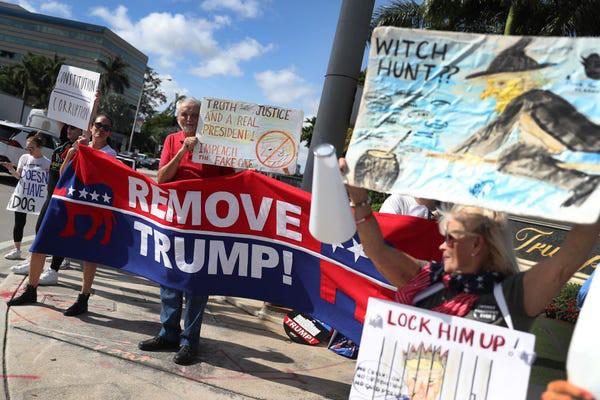 Dân Mỹ rủ nhau xuống đường ủng hộ luận tội Tổng thống Trump - Ảnh 2.