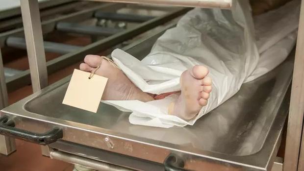 Nhân viên pháp y bị đuổi việc vì quan hệ với tử thi trong phòng khám nghiệm sau khi nhậu say - Ảnh 1.