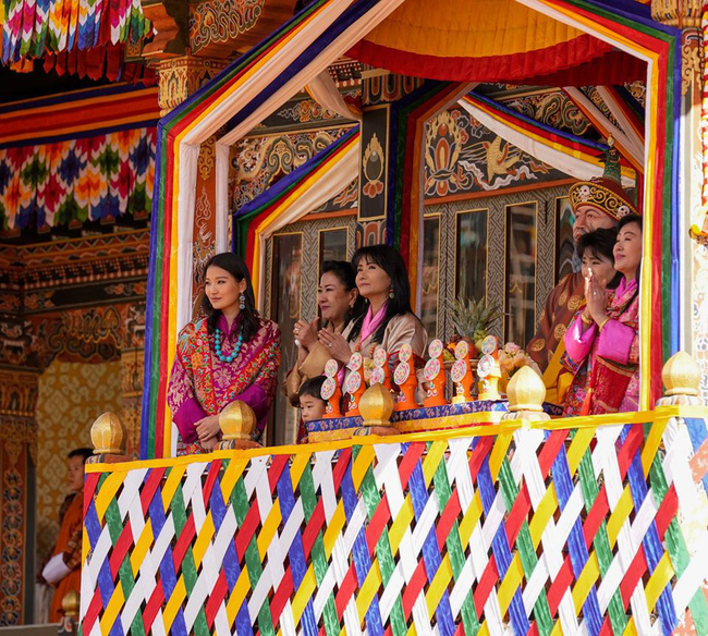 Hoàng hậu vạn người mê Bhutan thông báo tin vui khiến dân chúng vỡ òa hạnh phúc, dù mang thai lần 2 vẫn thần thái hơn người - Ảnh 4.