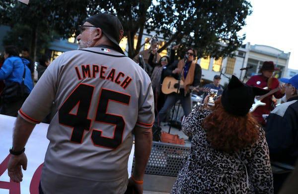 Dân Mỹ rủ nhau xuống đường ủng hộ luận tội Tổng thống Trump - Ảnh 4.