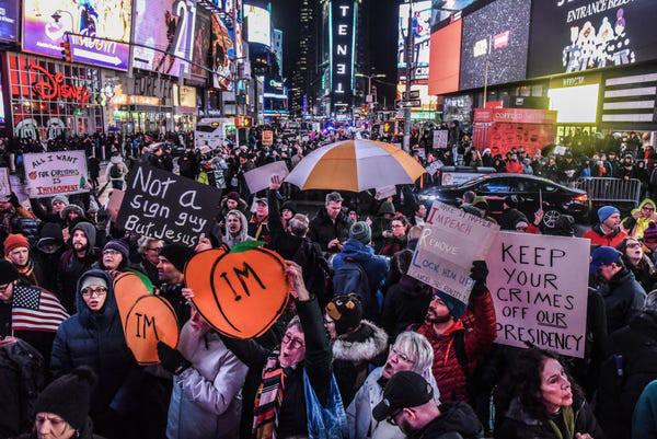 Dân Mỹ rủ nhau xuống đường ủng hộ luận tội Tổng thống Trump - Ảnh 6.