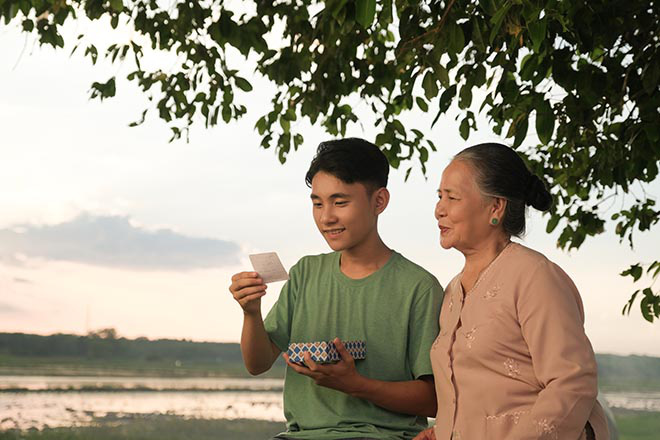 Sơn Tùng M-TP khiến diễn viên lớn tuổi bất ngờ về cách ứng xử khi làm việc chung - Ảnh 4.