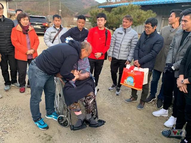 HLV Park Hang-seo bật khóc trong ngày về thăm mẹ tại Hàn Quốc - Ảnh 2.