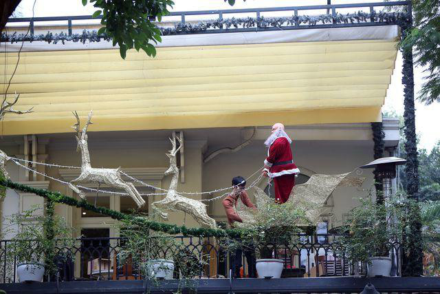 Hà Nội xuất hiện nhiều cây thông siêu to khổng lồ đón Noel 2019 - Ảnh 13.