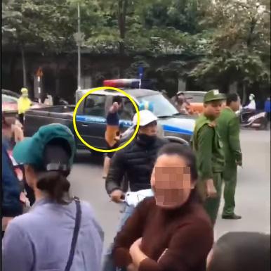 Va quệt với xe đạp điện, cô gái túm cổ ông chú đứng can, vội chạy ra mách cảnh sát 113 - Ảnh 2.