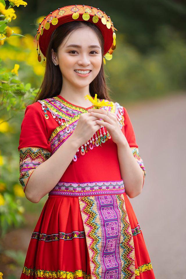 Xuất hiện giữa vườn hoa dã quỳ, cô gái 18 tuổi khiến dân mạng truy tìm, thấy nụ cười ai cũng hiểu lý do - ảnh 1