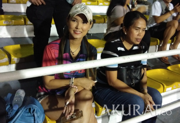 Sao nữ JAV Maria Ozawa cùng hai vệ sĩ lặng lẽ đến sân xem Việt Nam thắng Indonesia - Ảnh 2.
