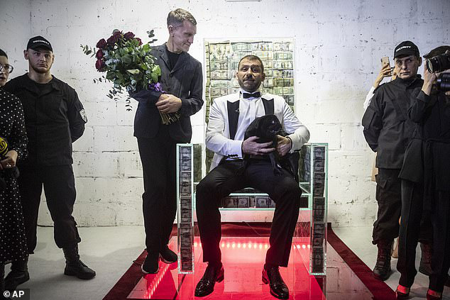 Không chỉ đắt đỏ: Tỷ phú Nga giới thiệu năng lực kì bí của chiếc ghế làm từ 1 triệu USD - Ảnh 1.