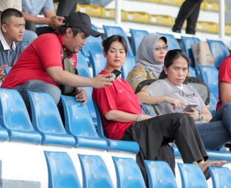 Sao nữ JAV Maria Ozawa cùng hai vệ sĩ lặng lẽ đến sân xem Việt Nam thắng Indonesia - Ảnh 3.