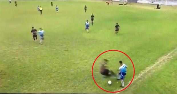 Rợn người với pha tắc bóng bằng cả 2 chân kinh hoàng, làm bùng lên cuộc ẩu đả dữ dội giữa 2 đội bóng tại Argentina - Ảnh 1.