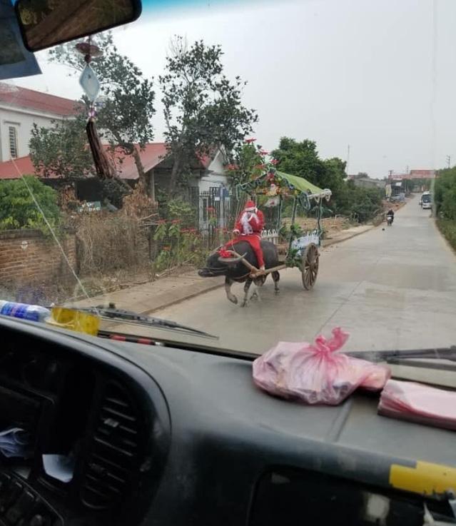 Ông già Noel cưỡi trâu đi dạo khắp làng khiến dân mạng thích thú - Ảnh 1.