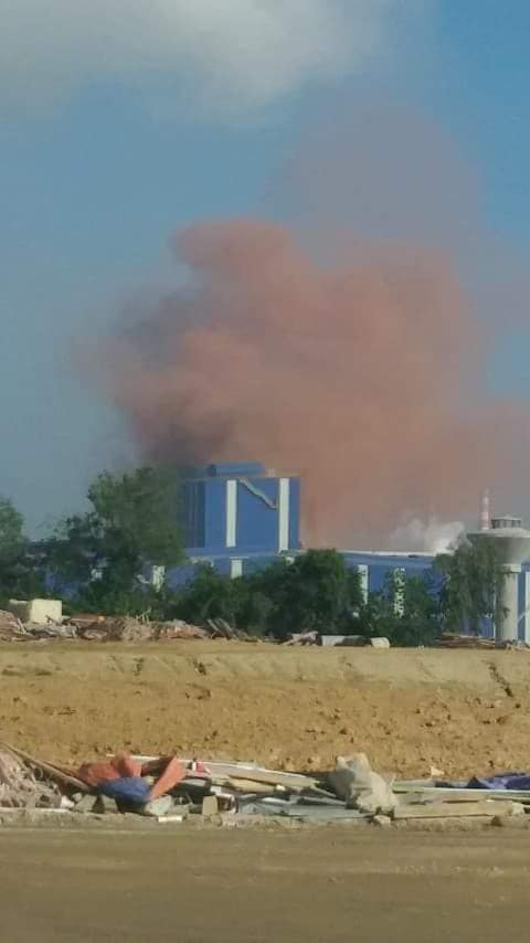 Nhà máy thép Hòa Phát Dung Quất nhả khói màu hồng bất thường - Ảnh 1.