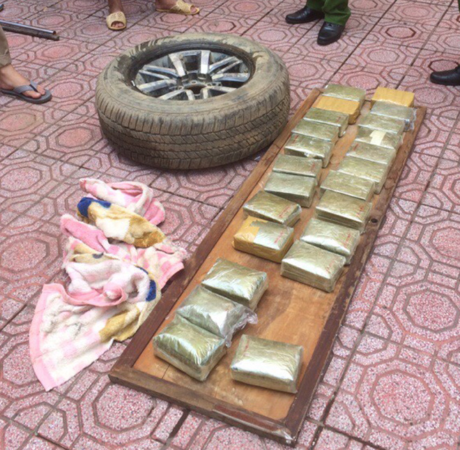 Chiếc xe bỏ lại giữa đường và 80 bánh heroin - Ảnh 1.