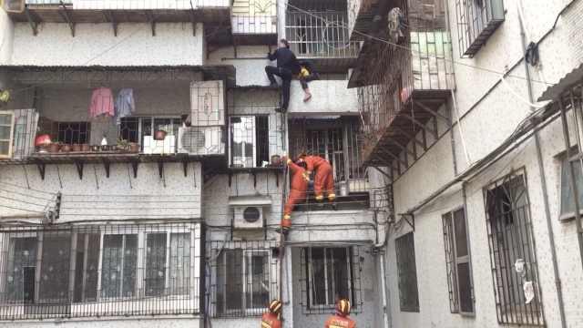 Cháu trai 3 tuổi rơi xuống ban công tầng 6, ông nội bất chấp nguy hiểm trèo xuống giải cứu - Ảnh 1.