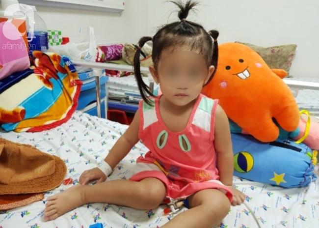 Bé gái 3 tuổi liệt nửa người nguy kịch vì đột quỵ nhồi máu não nhưng bị bệnh viện địa phương chẩn đoán nhầm - Ảnh 1.