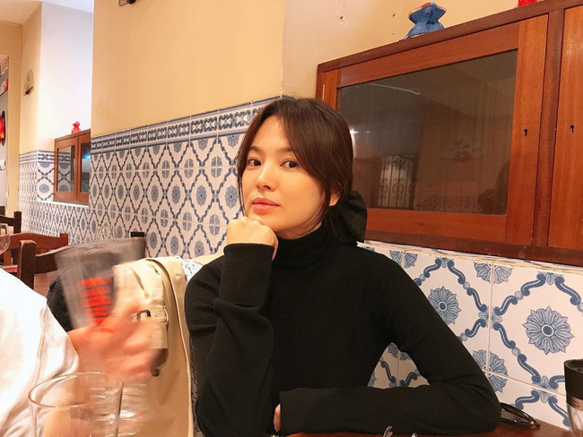 Song Joong Ki lộ diện bên cạnh cô gái bí ẩn sau tin đồn tái hợp Song Hye Kyo - Ảnh 2.