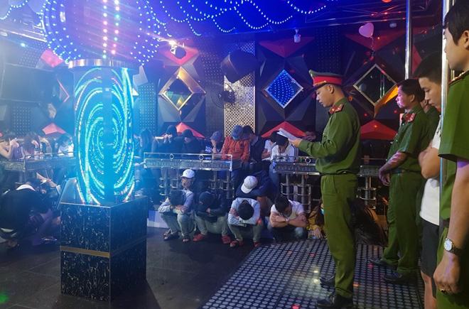 Lại phát hiện hàng chục đối tượng phê ma túy tại quán karaoke Luxury - Ảnh 3.