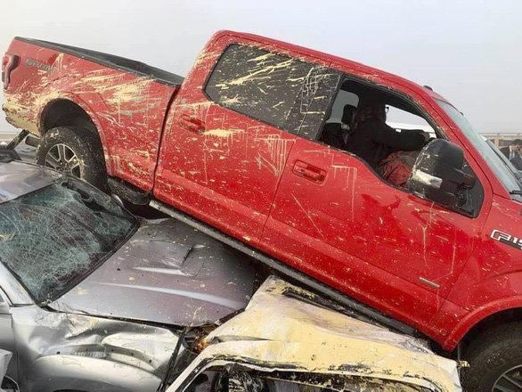 69 xe hơi lao chất chồng lên nhau trong tai nạn liên hoàn gây tắc nghẽn cao tốc Mỹ - Ảnh 3.