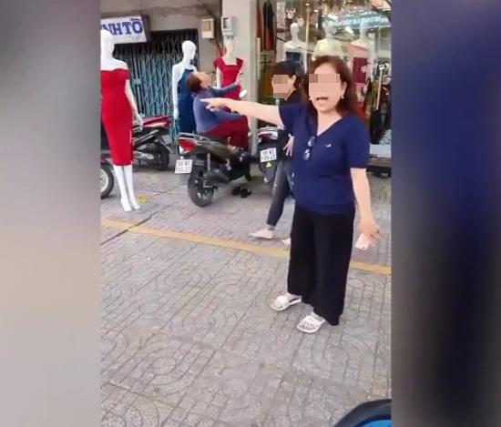 Dựng xe trước shop quần áo nghỉ chưa đầy 5 phút, tài xế xe ôm bị bà chủ lao ra chửi rồi đuổi - Ảnh 2.