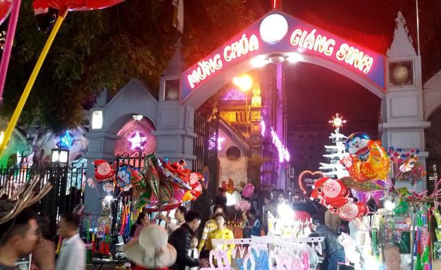 Hàng chục người ăn xin bủa vây Nhà thờ lớn Hải Dương trước đêm Noel - Ảnh 1.