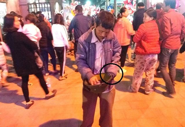 Hàng chục người ăn xin bủa vây Nhà thờ lớn Hải Dương trước đêm Noel - Ảnh 11.