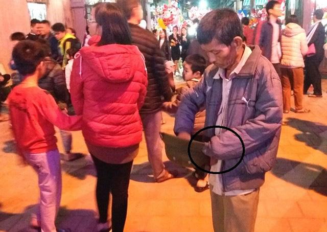 Hàng chục người ăn xin bủa vây Nhà thờ lớn Hải Dương trước đêm Noel - Ảnh 12.