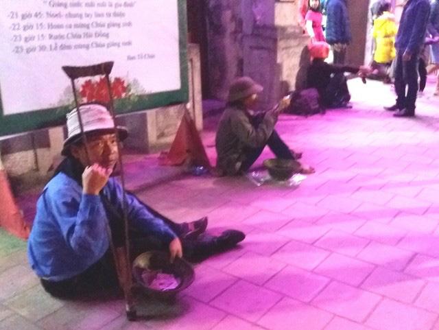 Hàng chục người ăn xin bủa vây Nhà thờ lớn Hải Dương trước đêm Noel - Ảnh 3.