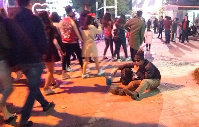 Hàng chục người ăn xin bủa vây Nhà thờ lớn Hải Dương trước đêm Noel - Ảnh 5.
