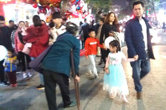 Hàng chục người ăn xin bủa vây Nhà thờ lớn Hải Dương trước đêm Noel - Ảnh 8.