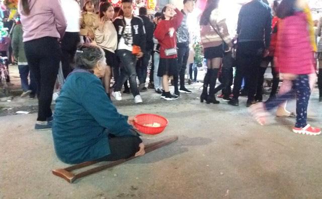 Hàng chục người ăn xin bủa vây Nhà thờ lớn Hải Dương trước đêm Noel - Ảnh 9.