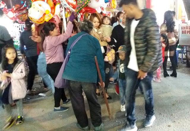 Hàng chục người ăn xin bủa vây Nhà thờ lớn Hải Dương trước đêm Noel - Ảnh 10.